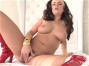 Wonder dame taylor plays with her honeypot